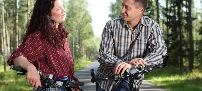 Pareja en bici charlando