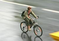Joven montando bicicleta