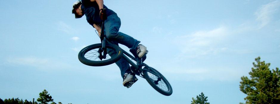 Chico da un salto en bici