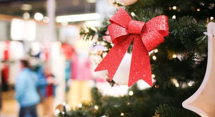 Lazo navideño en árbol