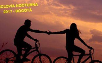 Pareja en bici en la noche, durante la puestas de sol