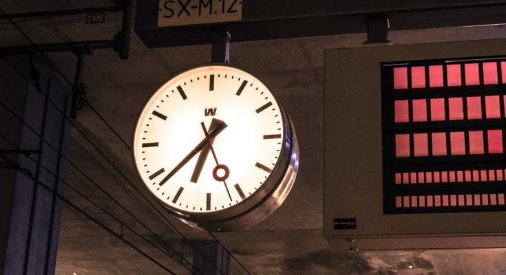 Reloj de estación, de agujas
