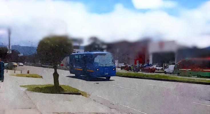 Bus circulando en vía con árboles, efecto acuarela
