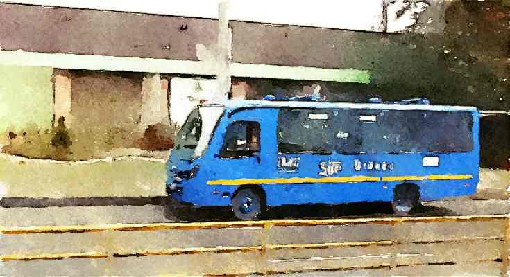 Bus circulando, tras valla amarilla