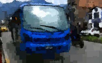 Bus urbano azul en paradero, foto con efecto pixelado
