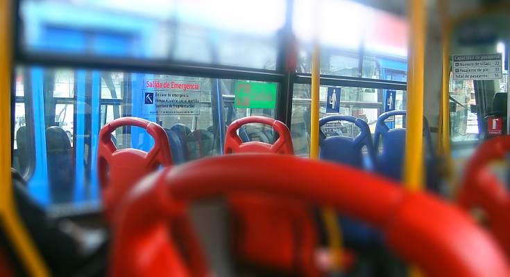 Interior bus, sillas rojas