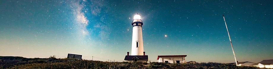Faro en la noche