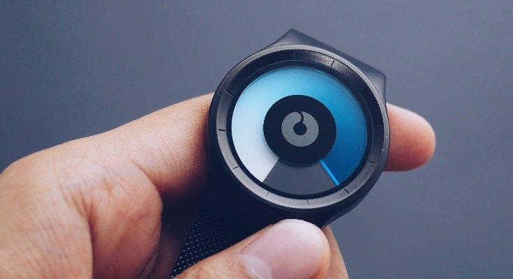 Mano sujetando un reloj futurista