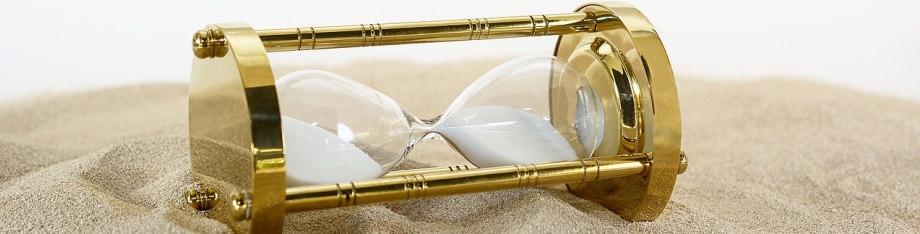 Reloj de arena sobre un costado