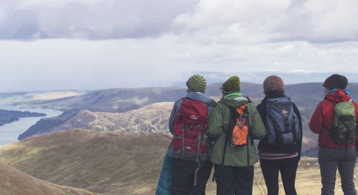 Chicos con ropa abrigada en montañas