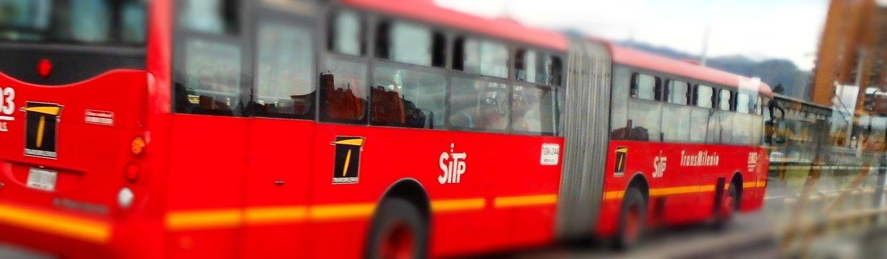 Bus TM circulando por la vía mixta