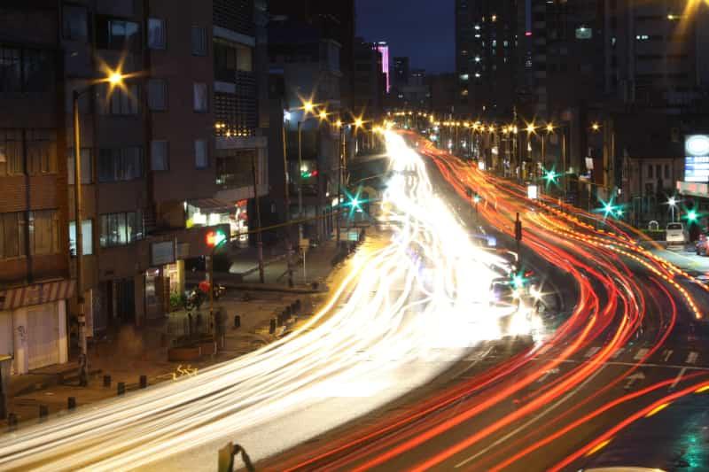 Tráfico nocturno en la ciudad de Bogotá, Colombia